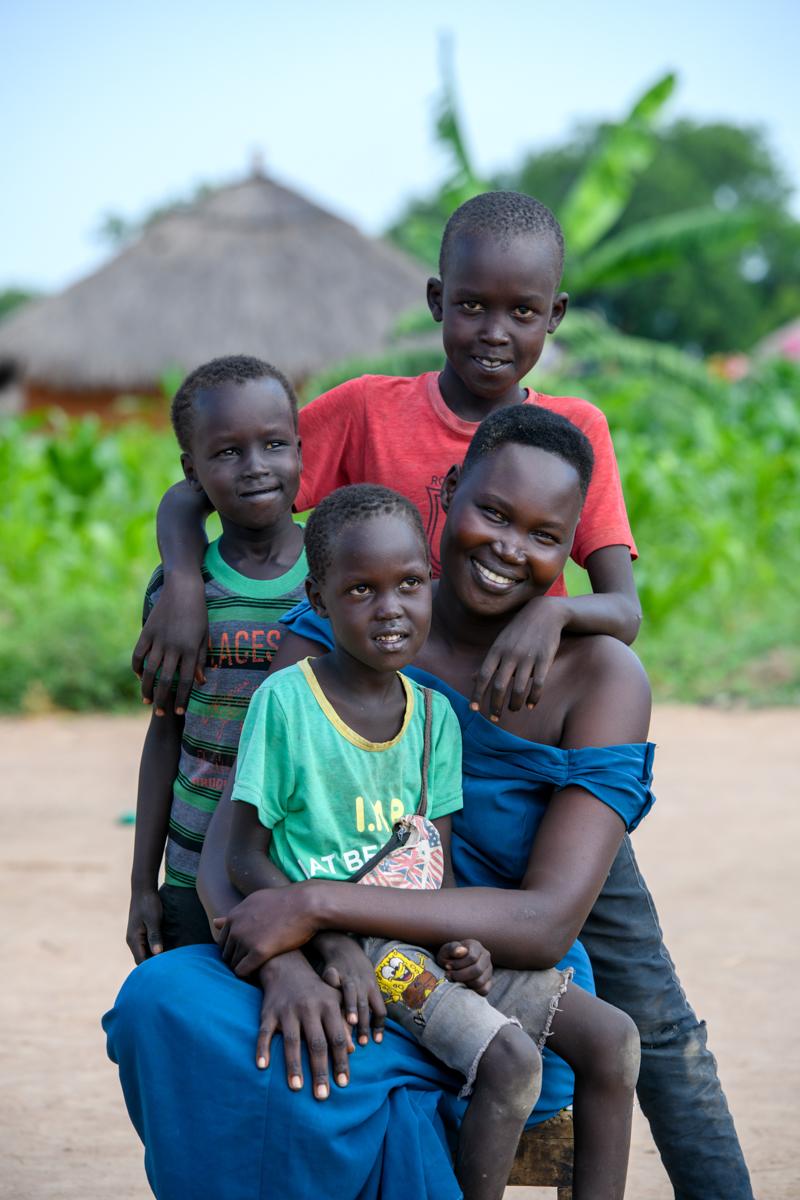 Nema Yar Amin mit drei ihrer Kinder
