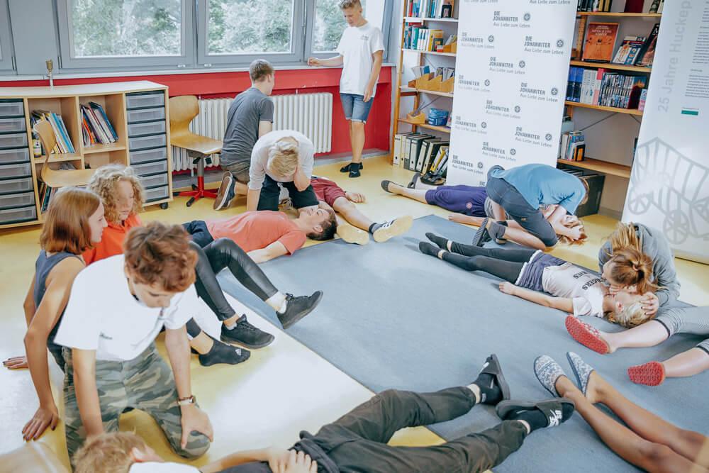 """Bei dem Kurs """"Ersthelfer von morgen"""" lernen Kinder Erste Hilfe zu leisten."""