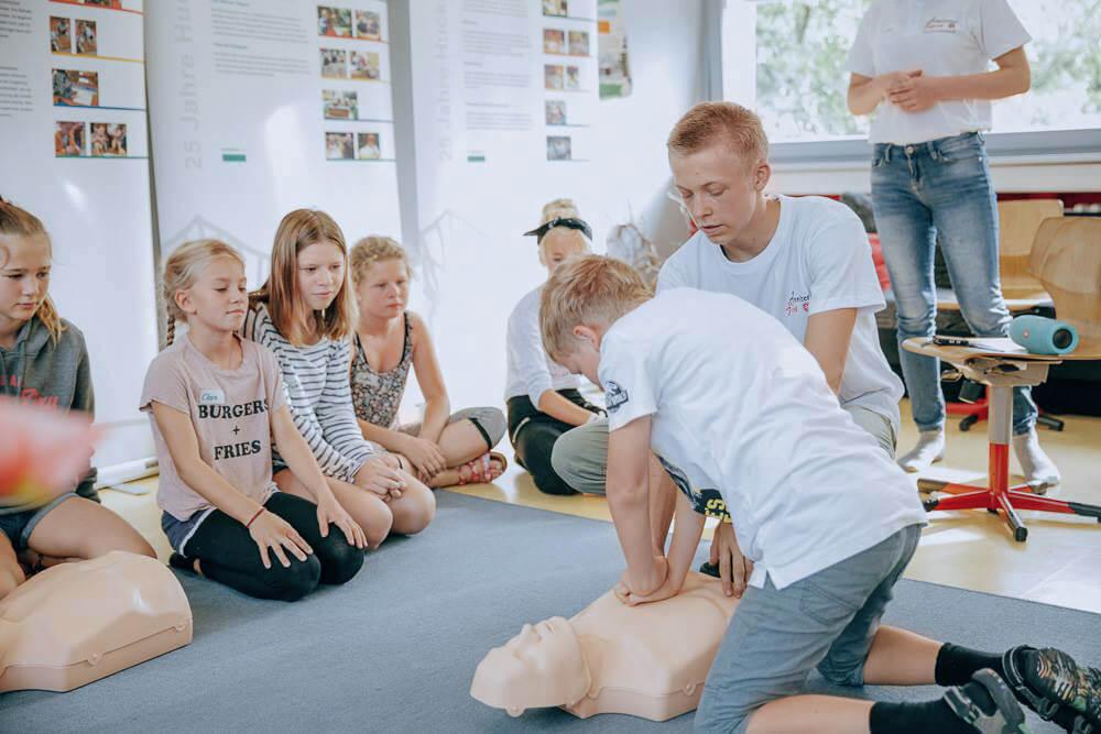 Kinder und Jugendliche lernen bei den Johannitern wie sie Menschen im Notfall helfen können.