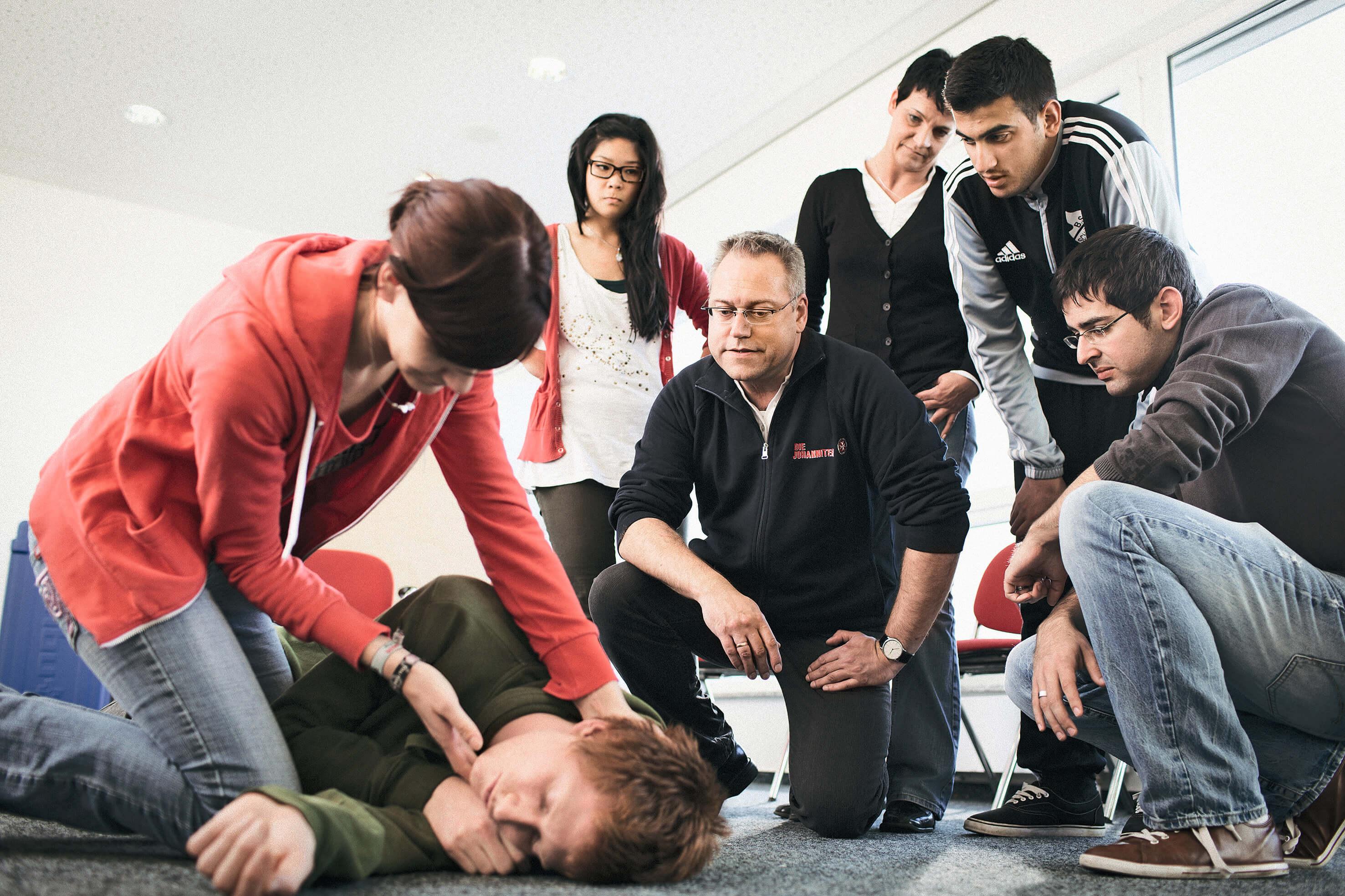 In unseren Erste-Hilfe-Kursen bilden wir deutschlandweit Menschen aus, im Notfall Hilfe zu leisten.