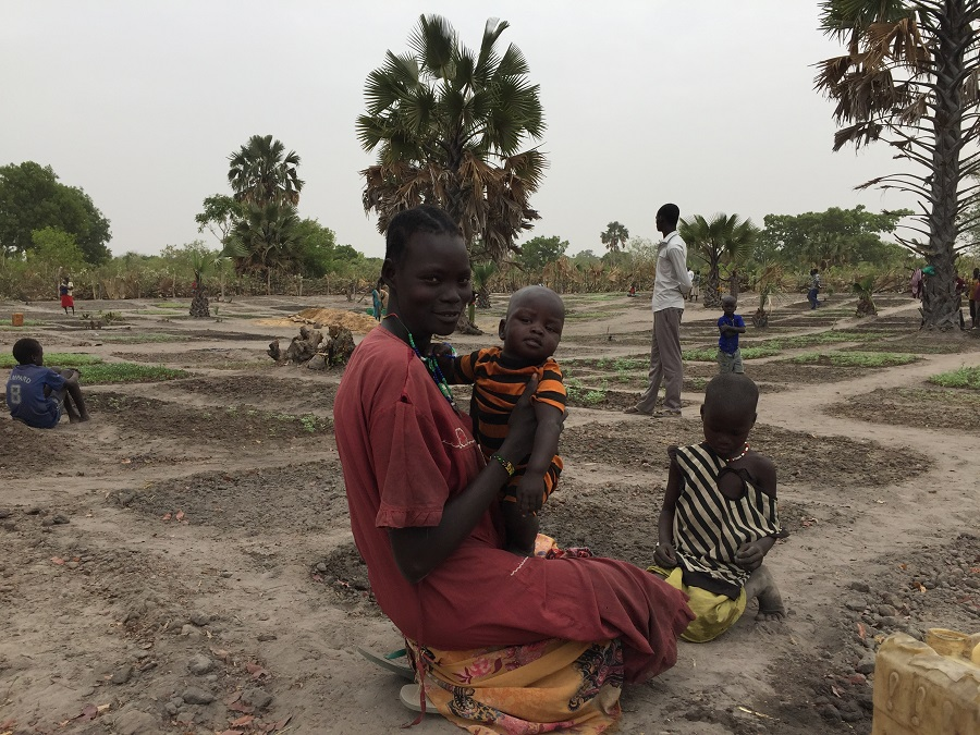 In der Feldschule im Südsudan lernen die Menschen verbesserte landwirtschaftliche Methoden.
