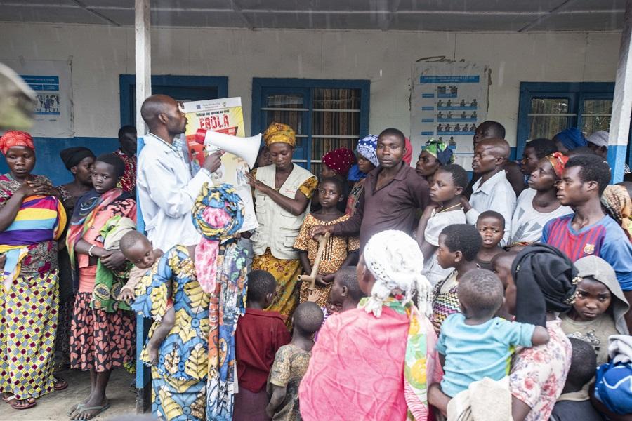 Johanniter-Mitarbeiter klären über Ebola auf und bauen so das Misstrauen in der Bevölkerung ab.