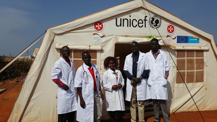 Mitarbeiter des medizinischen Teams der Johanniter in Wau. Rakella J. Albino steht im Zentrum.