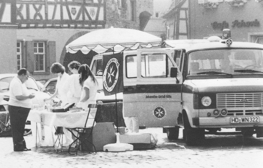 Helferinnen und Helfer des OV Ladenburg bei einer Verbandkasten-Aktion im Jahr 1982.
