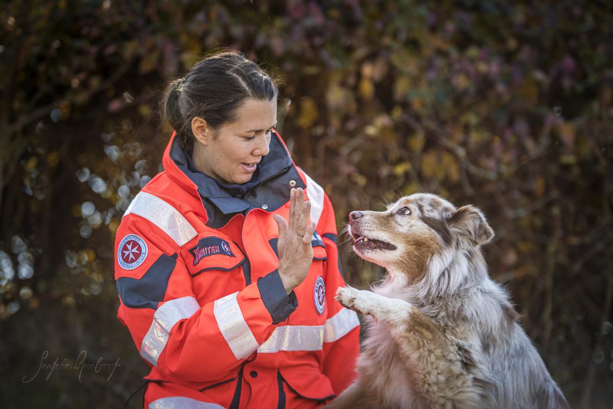 High Five: Hund und Hundeführer bilden in der Johanniter-Rettungshundestaffel ein eingespieltes Team.