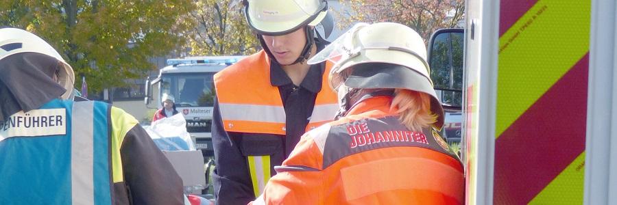 Helferinnen und Helfer trainieren den Notfall.