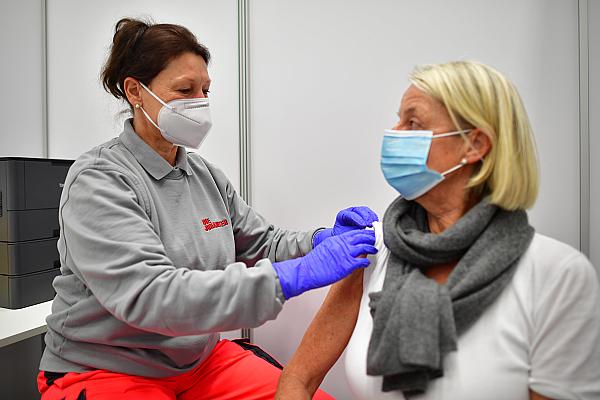 Johanniter Helferin impft eine Frau