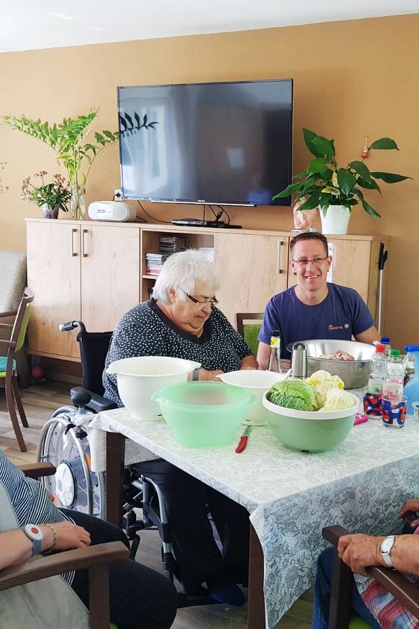 Gemeinsames Kochen mit den Seniorinnen in der Wohngemeinschaft Brieselang ist wichtig für ein wohliges Miteinander.