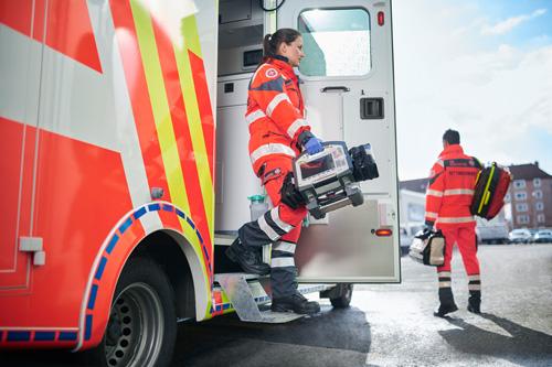 Rettungsdienst Personal steigt aus dem Rettungswagen aus