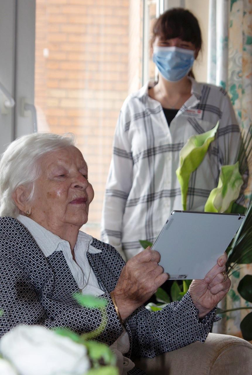 Bewohnerin des Seniorenhauses Erkelenz mit einem Tablet-Computer.