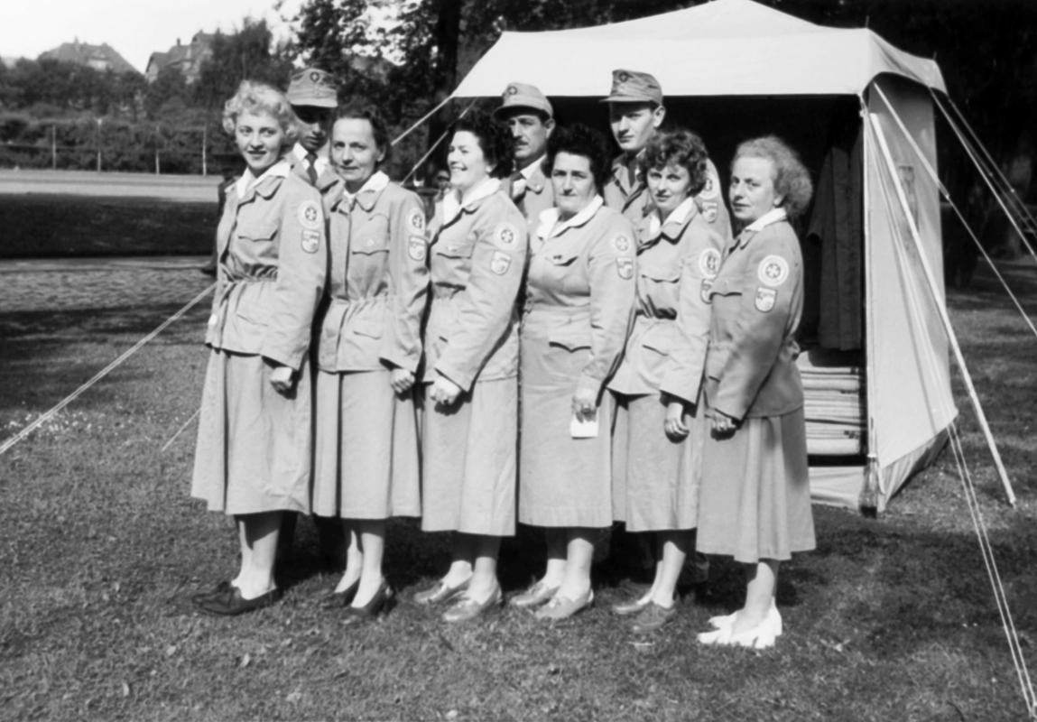Johanniterinnen mit neuer Dienstbekleidung im Jahr 1954.