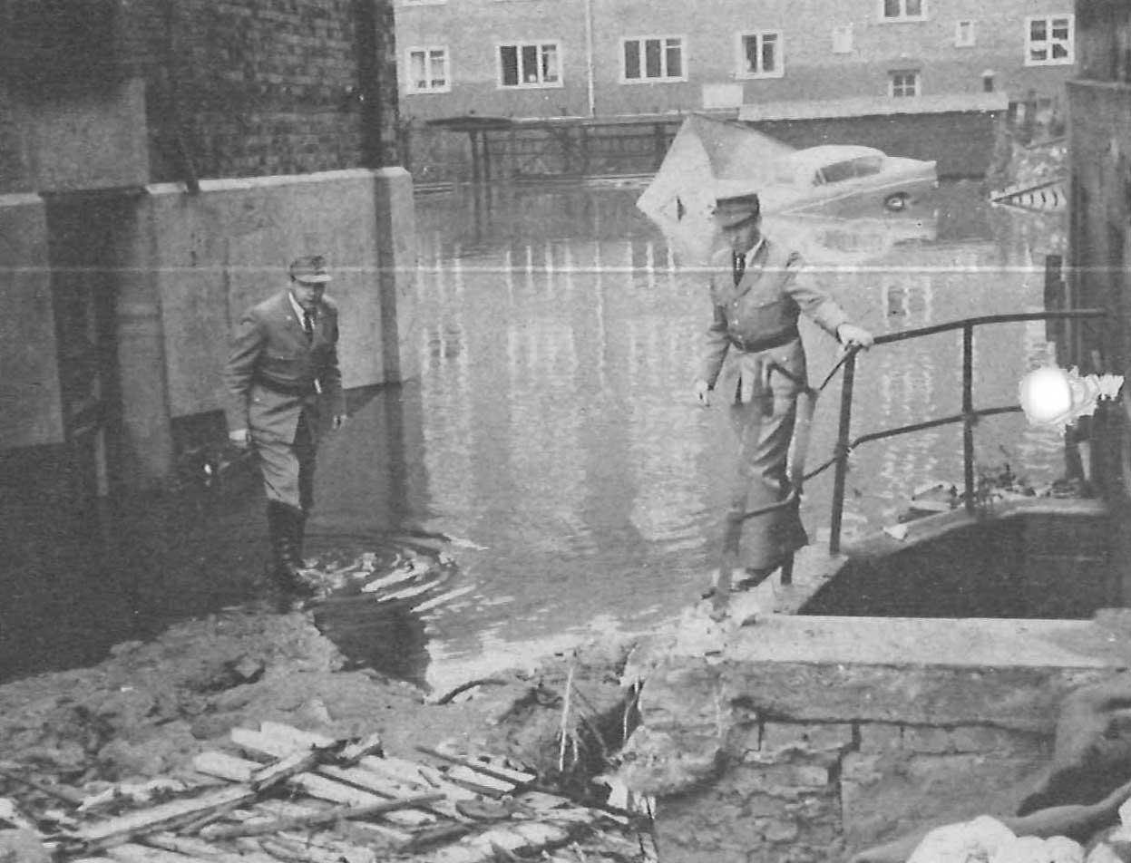 Johanniter helfen bei der Sturmflut in Hamburg im Jahr 1962.
