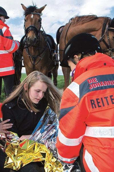 Die Reiterstaffel leistet Erste Hilfe.