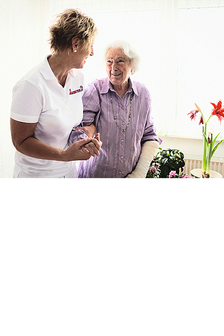 Seniorin mit ambulanter Pflegerin