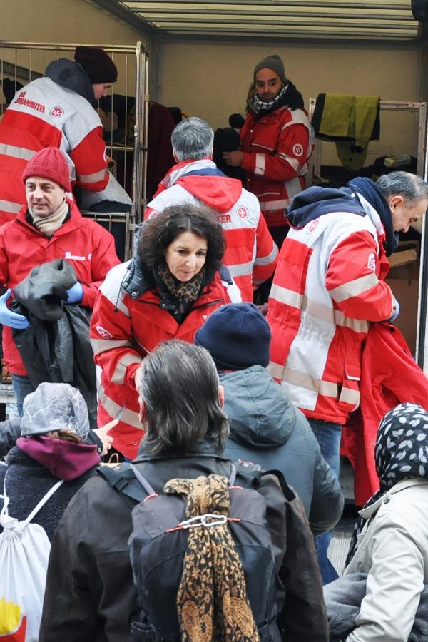 Warme Jacken, Decken, Mützen und Schals werden an Bedürftige verteilt.