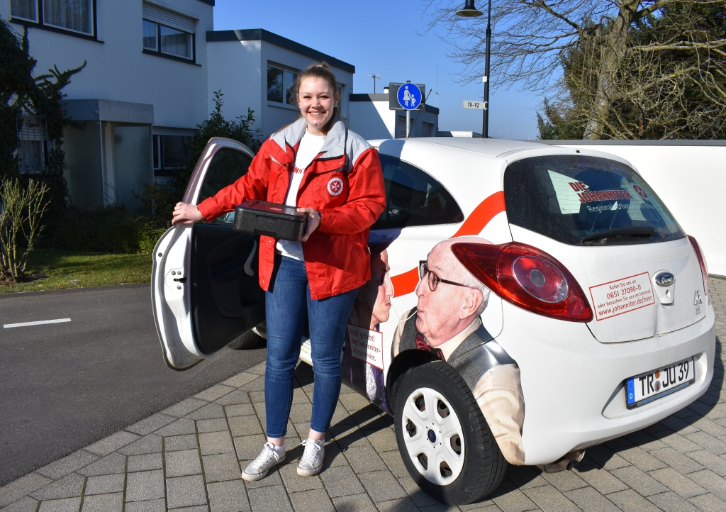 Junge Freiwillige bringt ein Johanniter-Menü nach Trier-Mariahof.