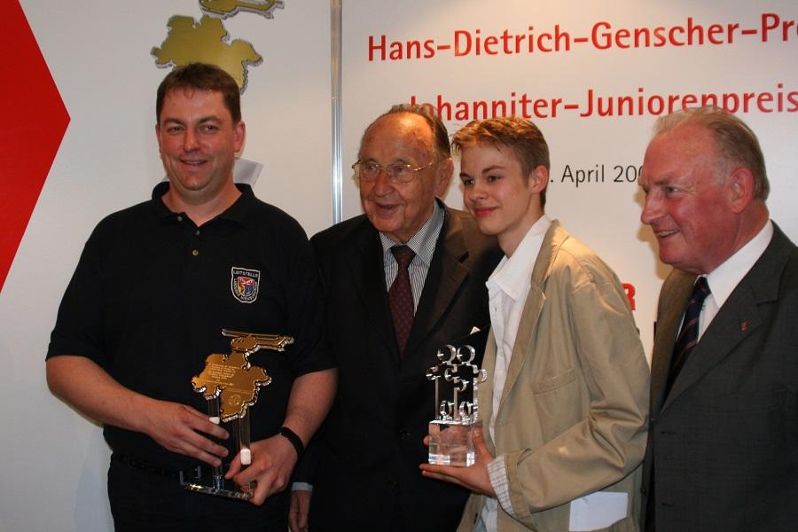 Torsten Meyer (Disponent der Rettungsleitstelle in Nienburg), Hans-Dietrich Genscher, Dennis-Adrian Lorenc (Johanniter-Juniorenpreis) und Hans-Peter von Kirchbach (Präsident der Johanniter-Unfall-Hilfe e.V.) bei der Preisverleihung 2007.