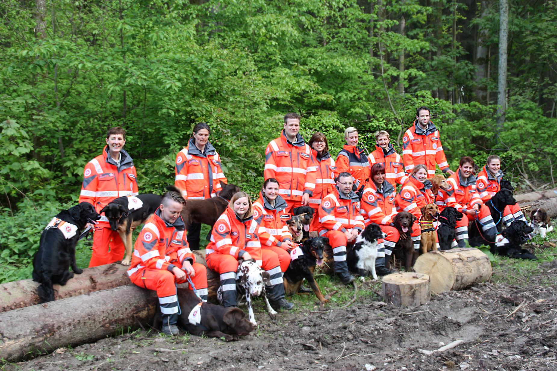 Gruppenbild der Rettungshundestaffel Südniedersachsen