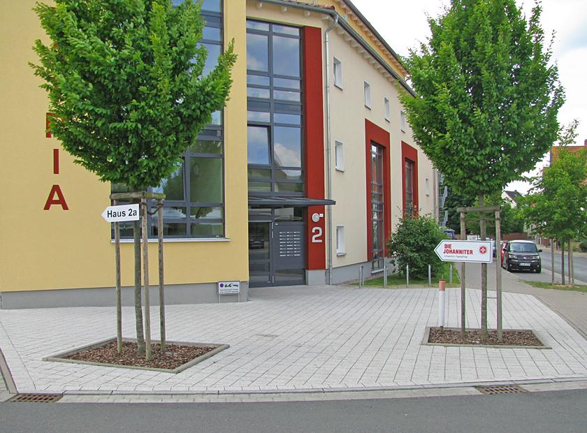 """Vorderansicht des Gebäudekomplexes """"La Patria"""" mit Hinweis-Schild zu den Johannitern."""