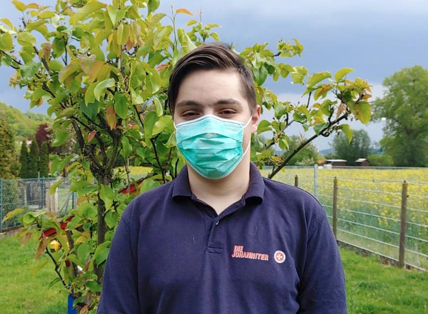Bundesfreiwilligendienstleistender Nico mit Mund-Nase-Bedeckung