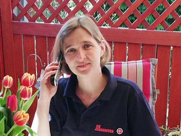 Katharina Boemke-Szamocki telefoniert mit den Bewohnerinnen und Bewohnern des Argentum am Ried.