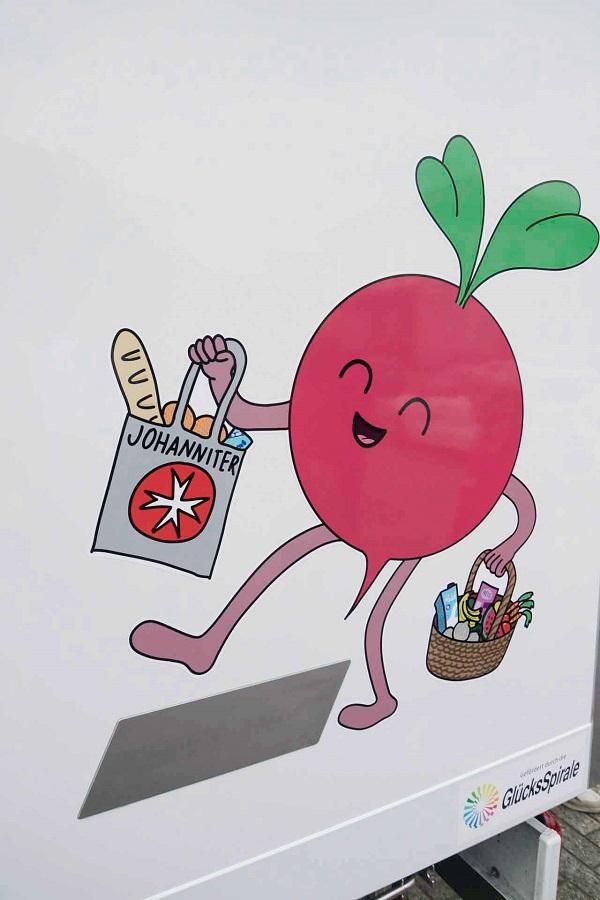 Das Maskottchen der Lebensmittelausgabe prangt auf der Außenseite des Kühltransporters und bringt Lebensmittel.