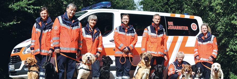 Die ehrenamtlichen Hundeführerinnen und Hundeführer der Rettungshundestaffel Hamburg.