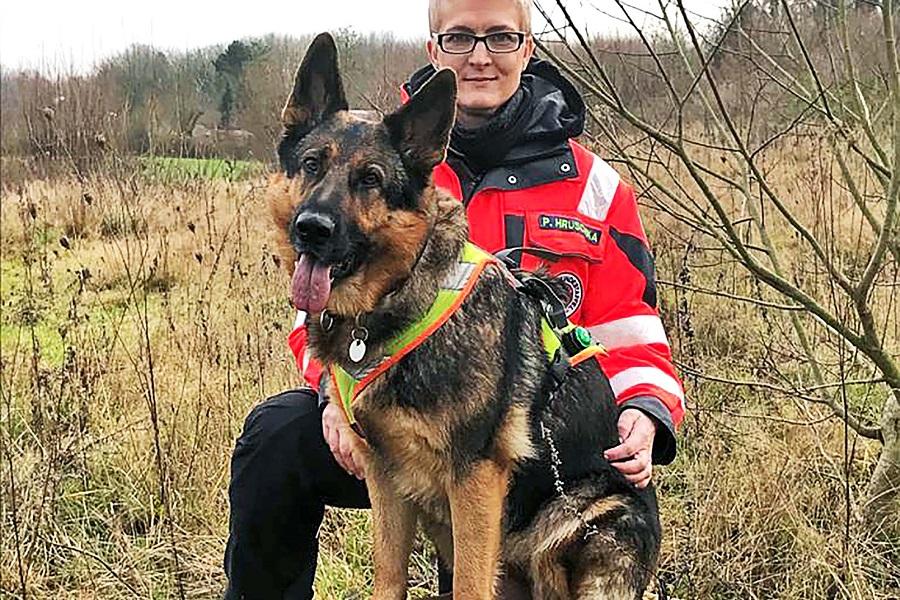 Für die Rettungshundestaffel Schleswig der Johanniter wird eine professionelle Ausrüstung und Ausbildung benötigt.