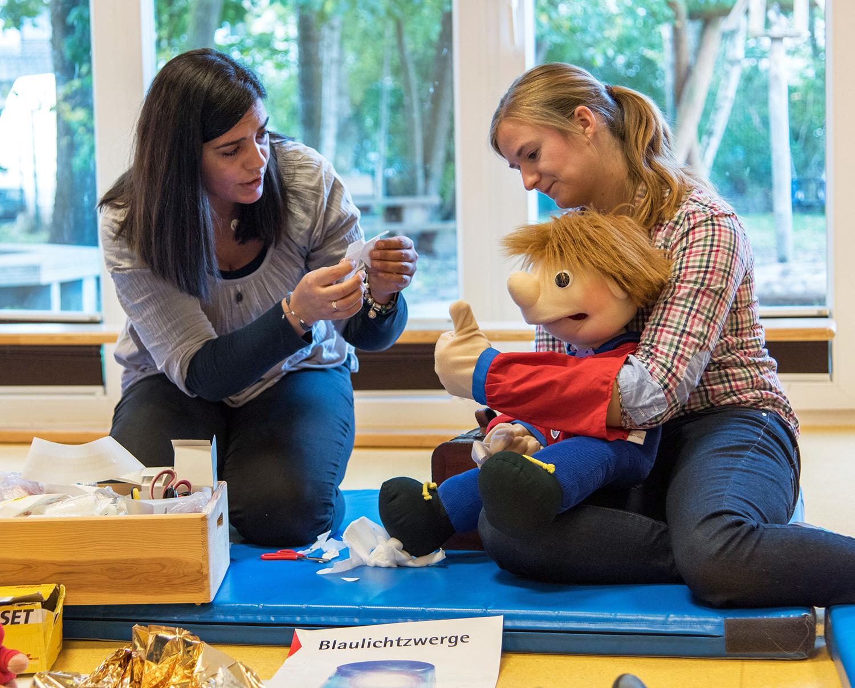 Mit der Handpuppe Jona werden Erste-Hilfe-Maßnahmen kindgerecht vermittelt
