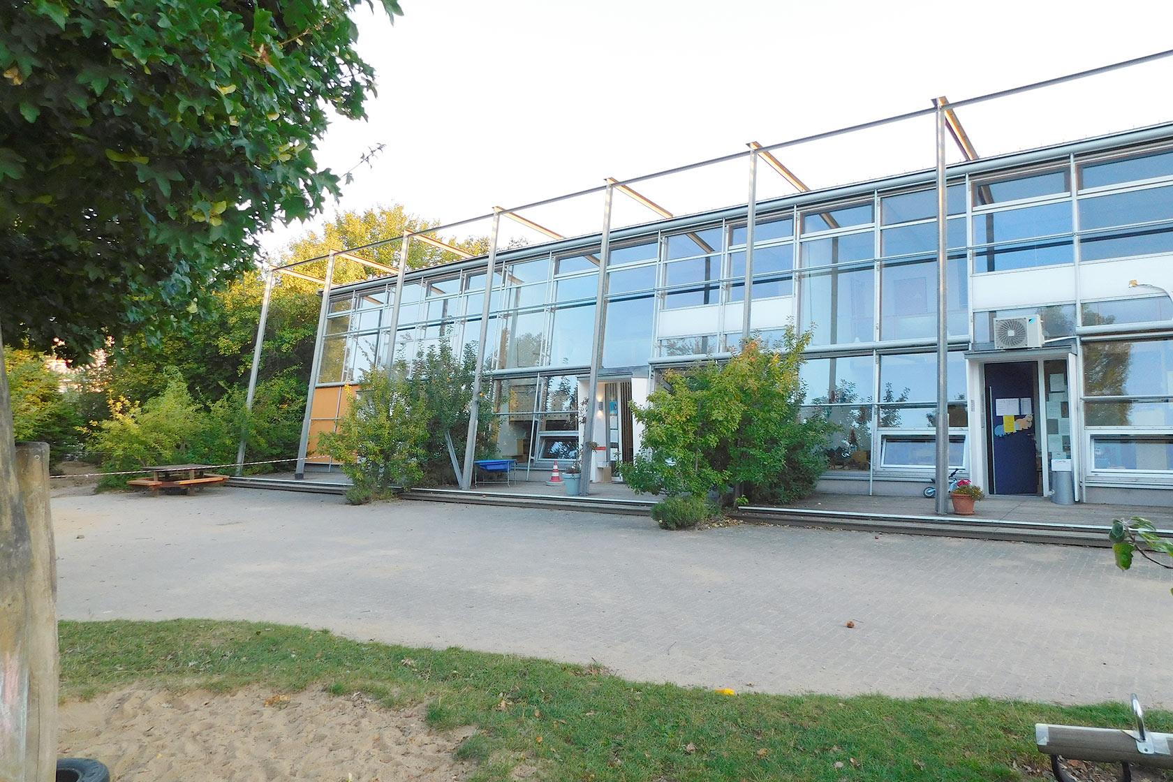 Johanniter-Kindertagesstätte Erkelenz in der Gartenansicht mit einer großen verglasten Fläche