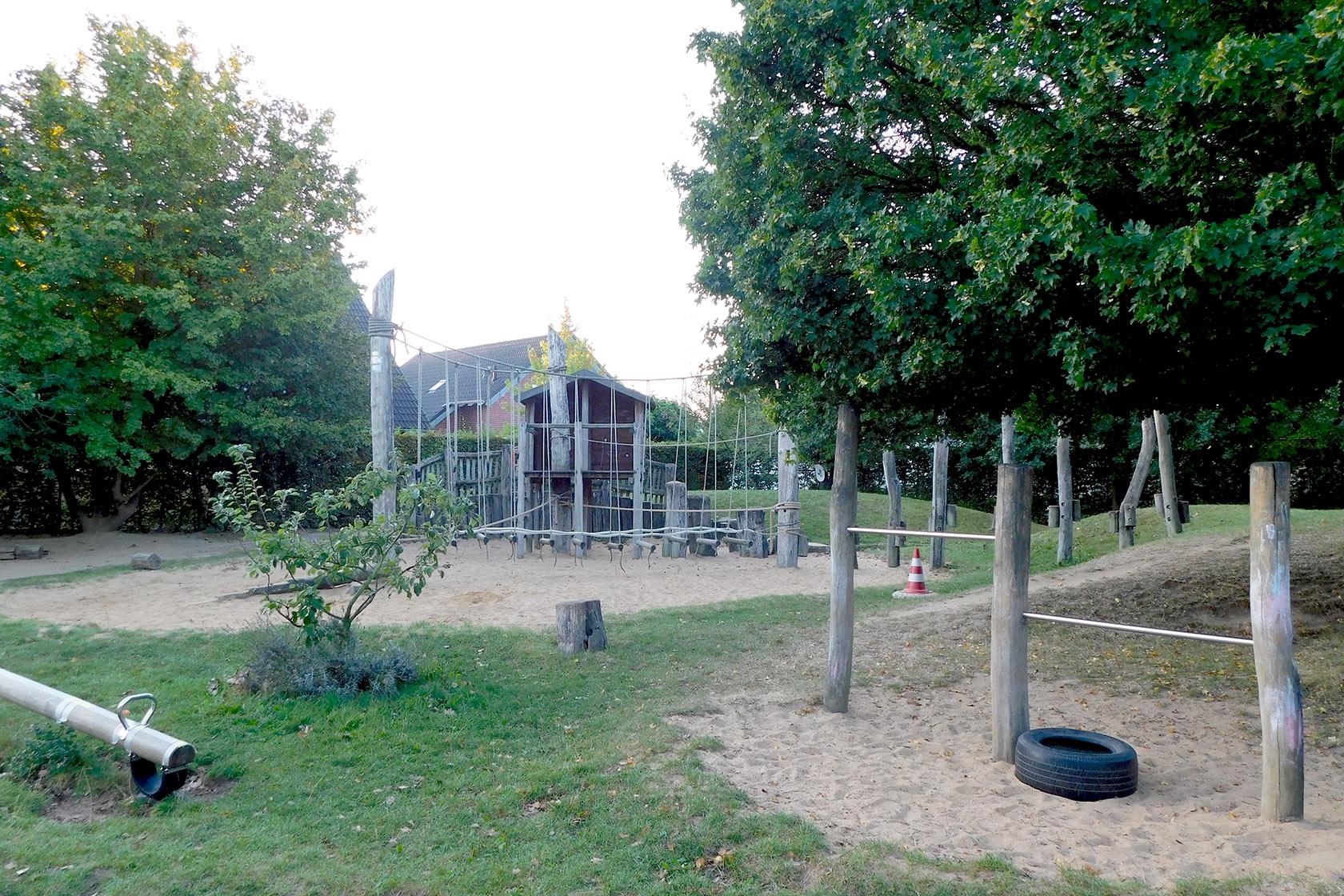 Außengelände der Johanniter-Kindertagesstätte Erkelenz mit Bäumen und Kettergeräten