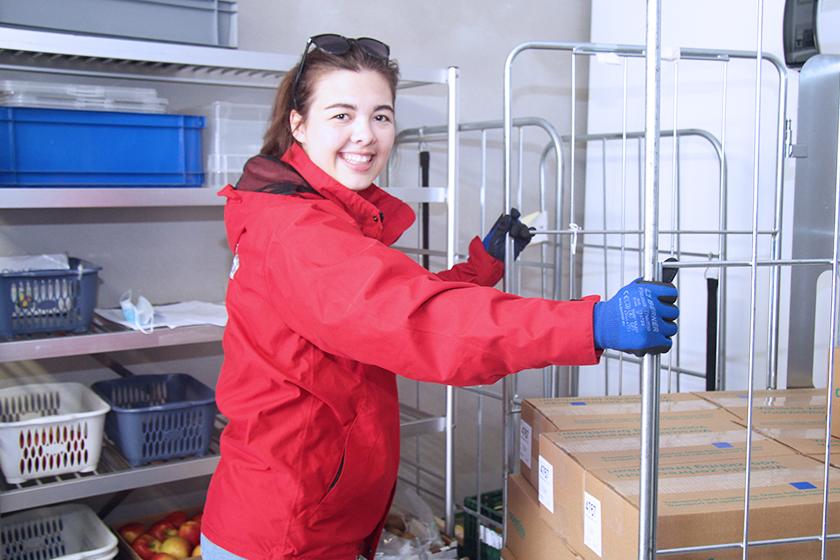 Menüservice-Mitarbeiterin im Kühlhaus