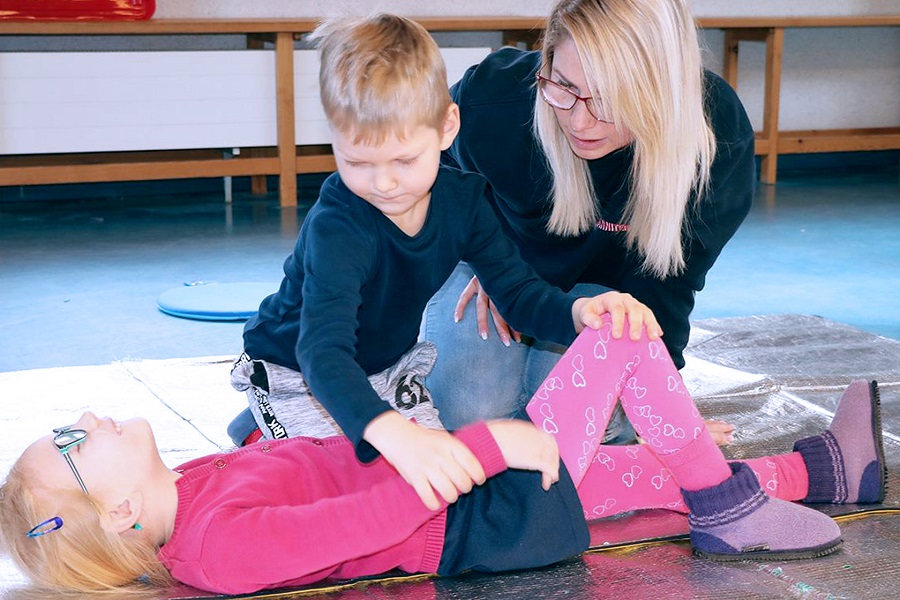 Schmerz erkennen, trösten, helfen: Schon im Kindergarten lernen 4- bis 6-Jährige spielerisch, anderen zu helfen und im Team zusammenzuarbeiten. So bilden wir schon früh die Lebensretterinnen und -retter von morgen aus.