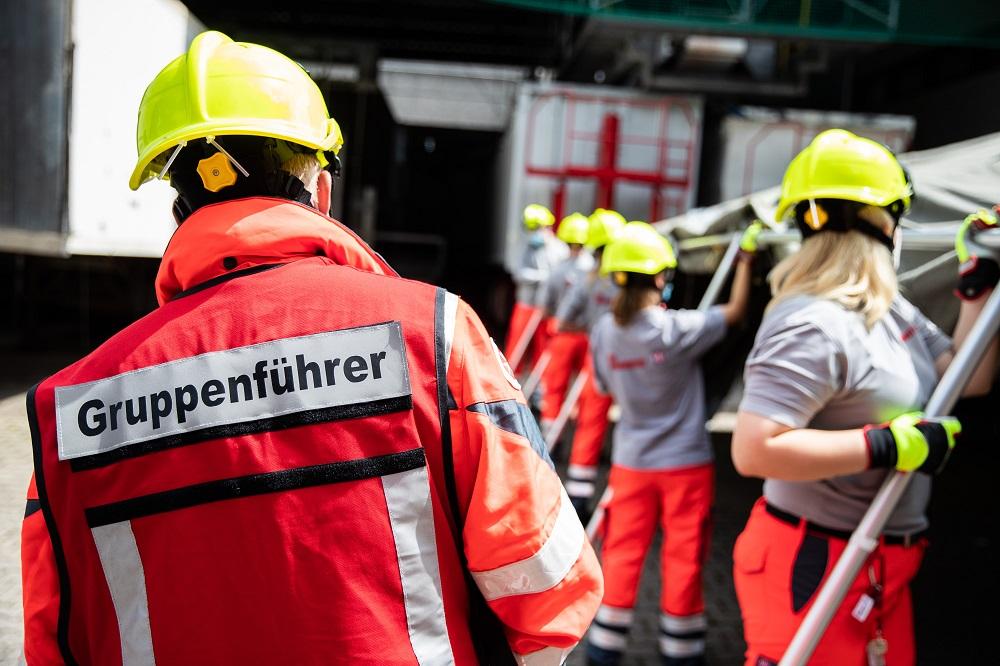 Johanniter-Helfer bauen ein Betreuungszelt auf