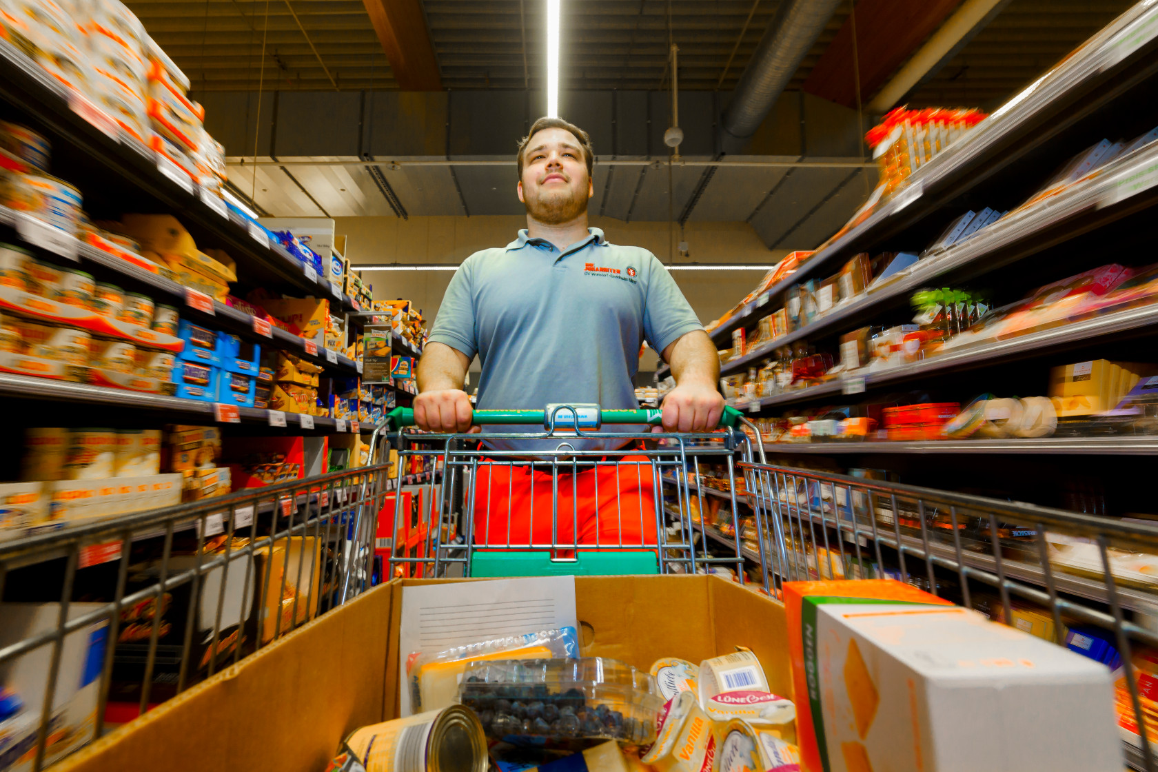 Helfer der Johanniter-Unfall-Hilfe beim Einkaufen während der Corona-Pandemie.