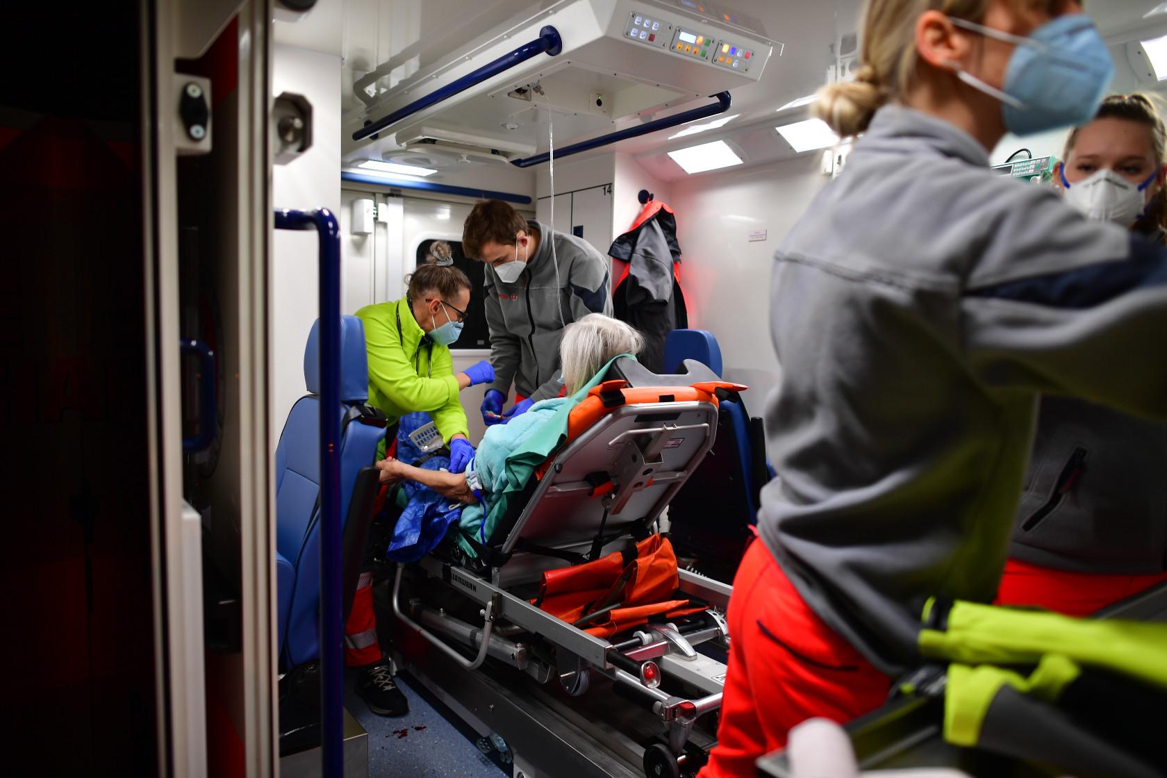 Rettungsdienstpersonal in Corona-Schutzkleidung im Einsatz.