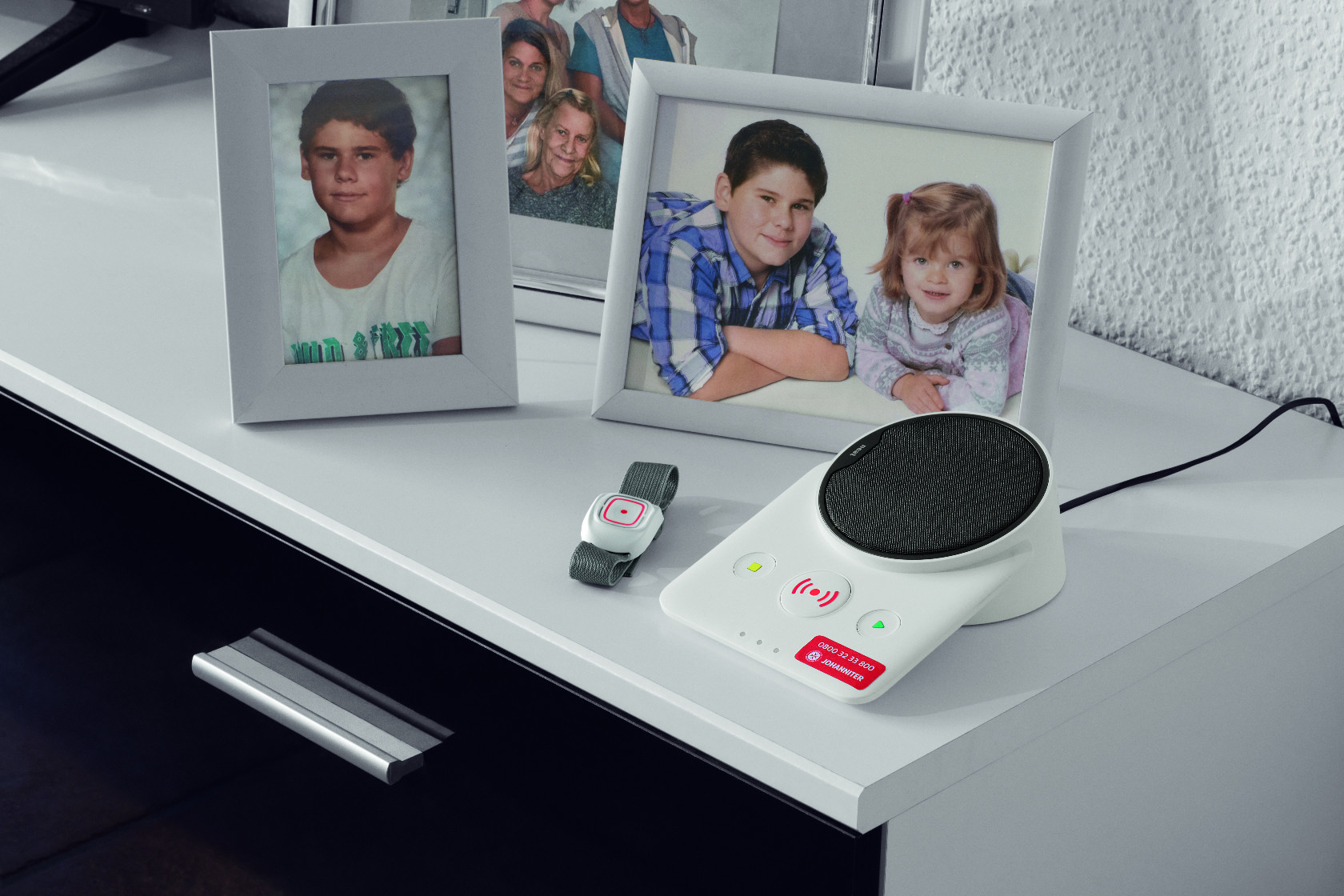 Johanniter-Hausnotruf-Geräte: Basistation und Armband