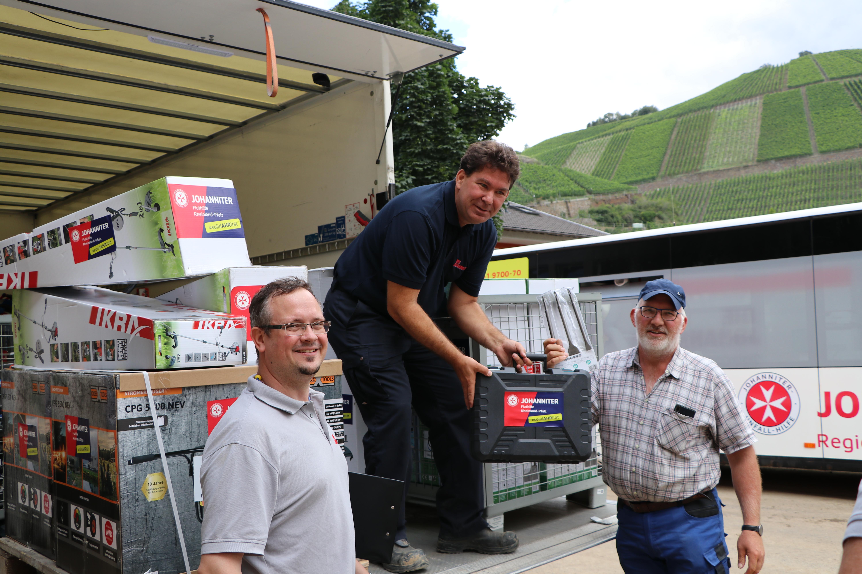 In Dernau verteilten die Johanniter Sachspenden für die Opfer der Flutkatastrophe.