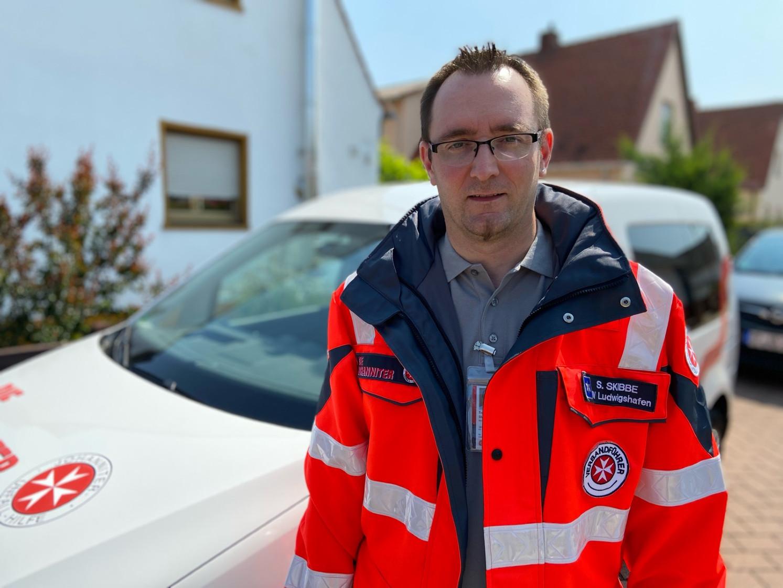 Johanniter Sven Skibbe in Einsatzkleidung.