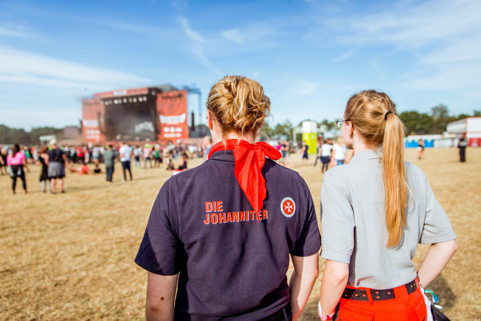 Zwei Helferinnen der Johanniter beim Deichbrand-Festival.