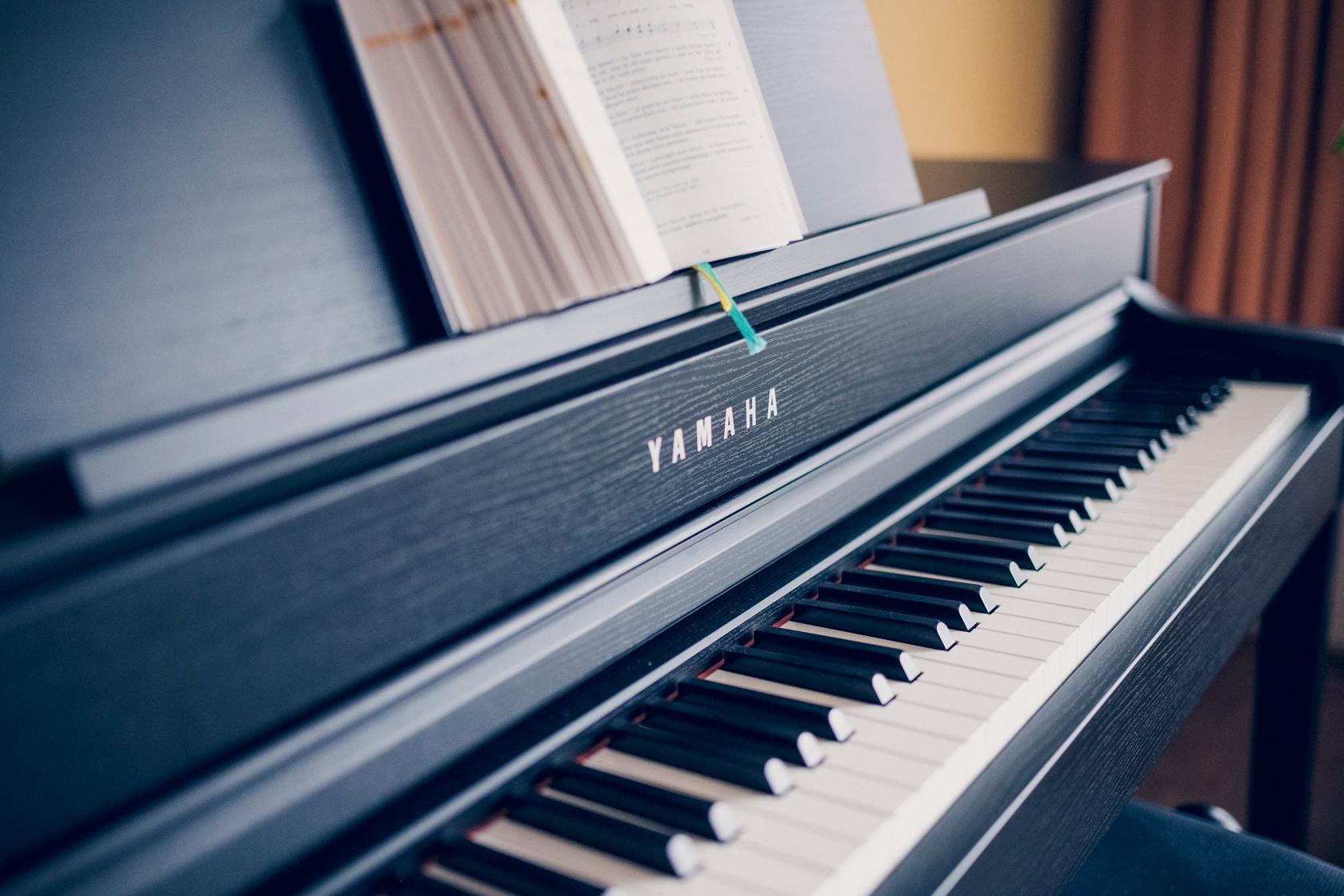 Aufgeklapptes schwarzes Klavier, Tastatur und Noten