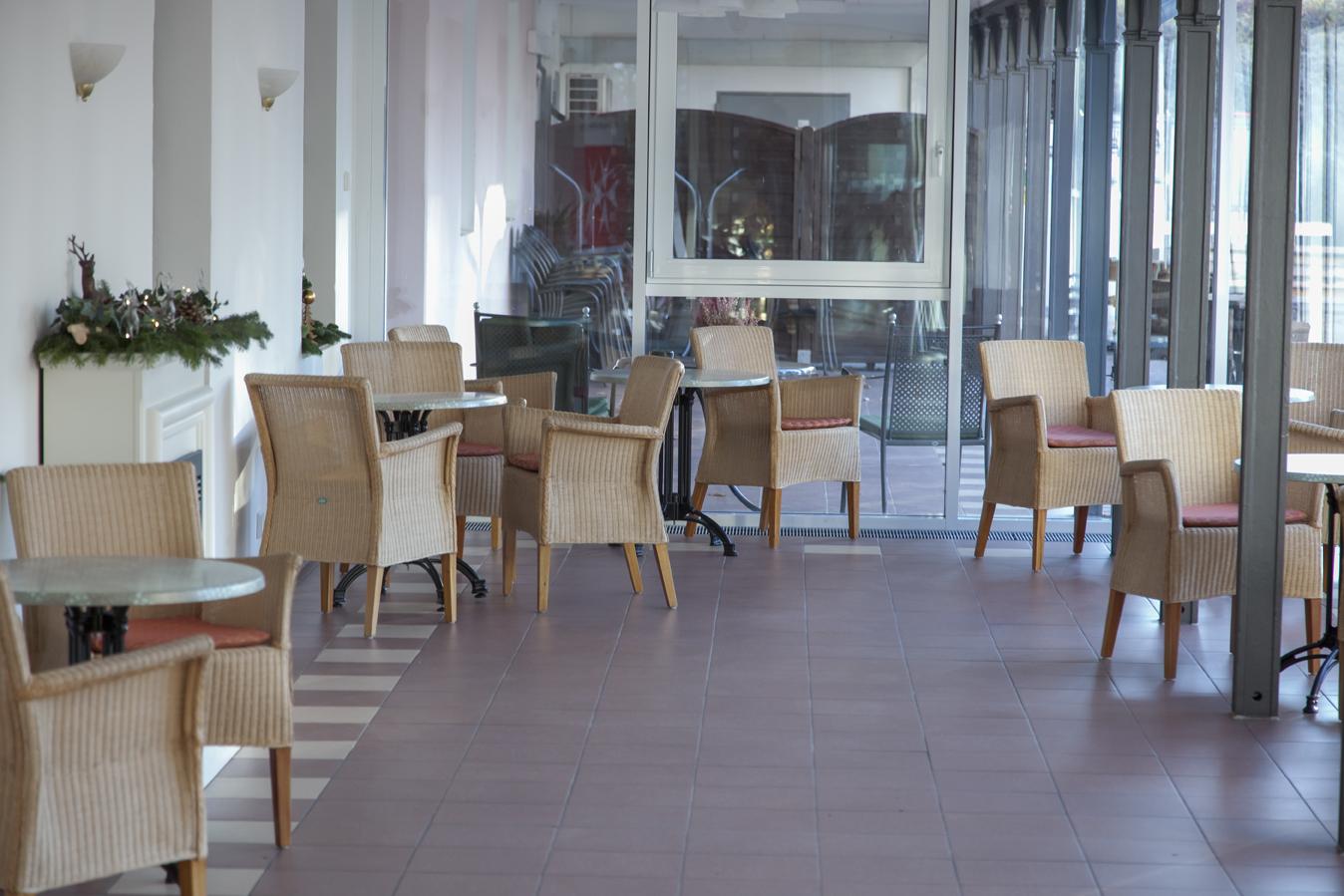 Aufenthaltsraum mit Korbstühlen und Tischen