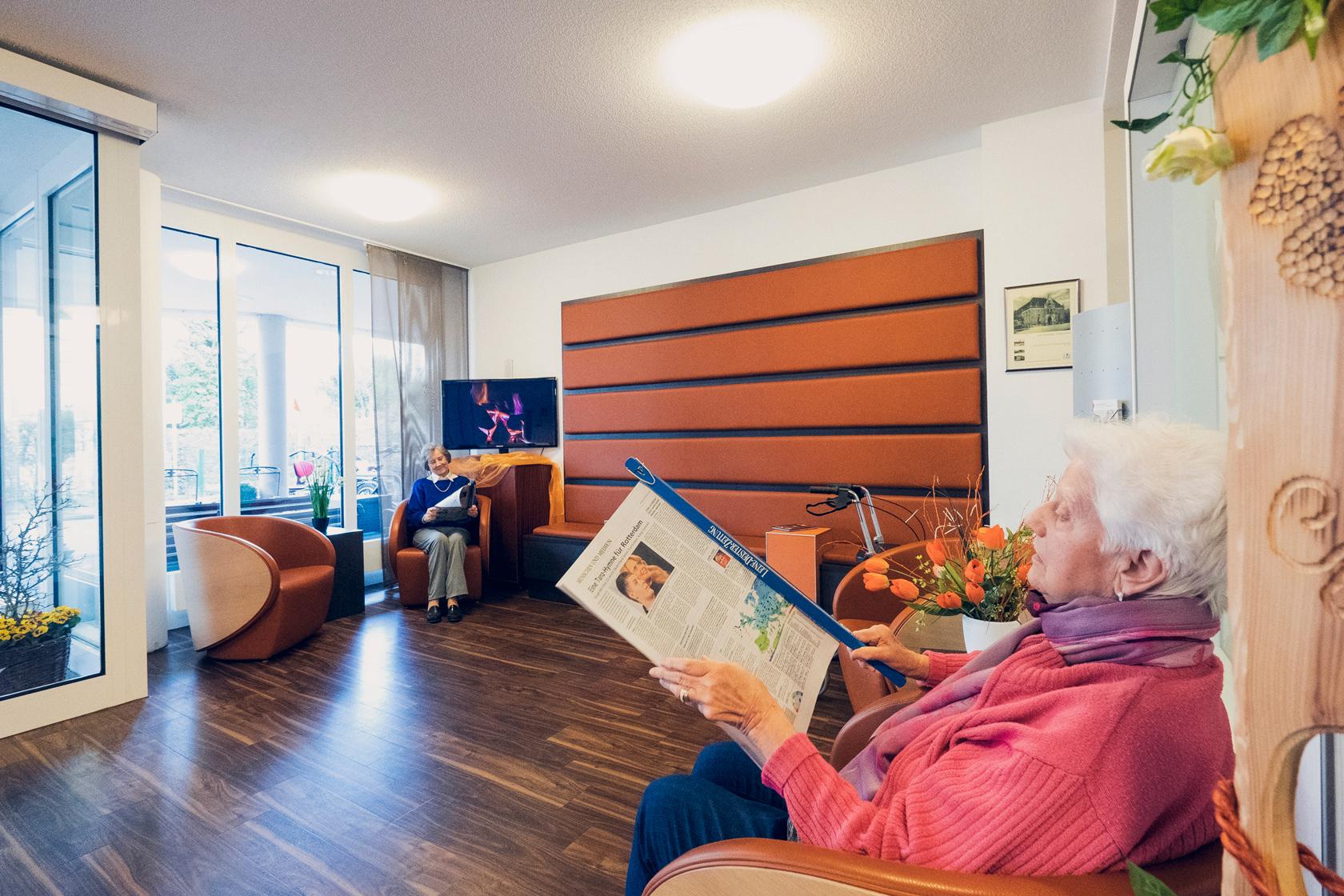 Bewohnerinnen lesen im Empfangsbereich
