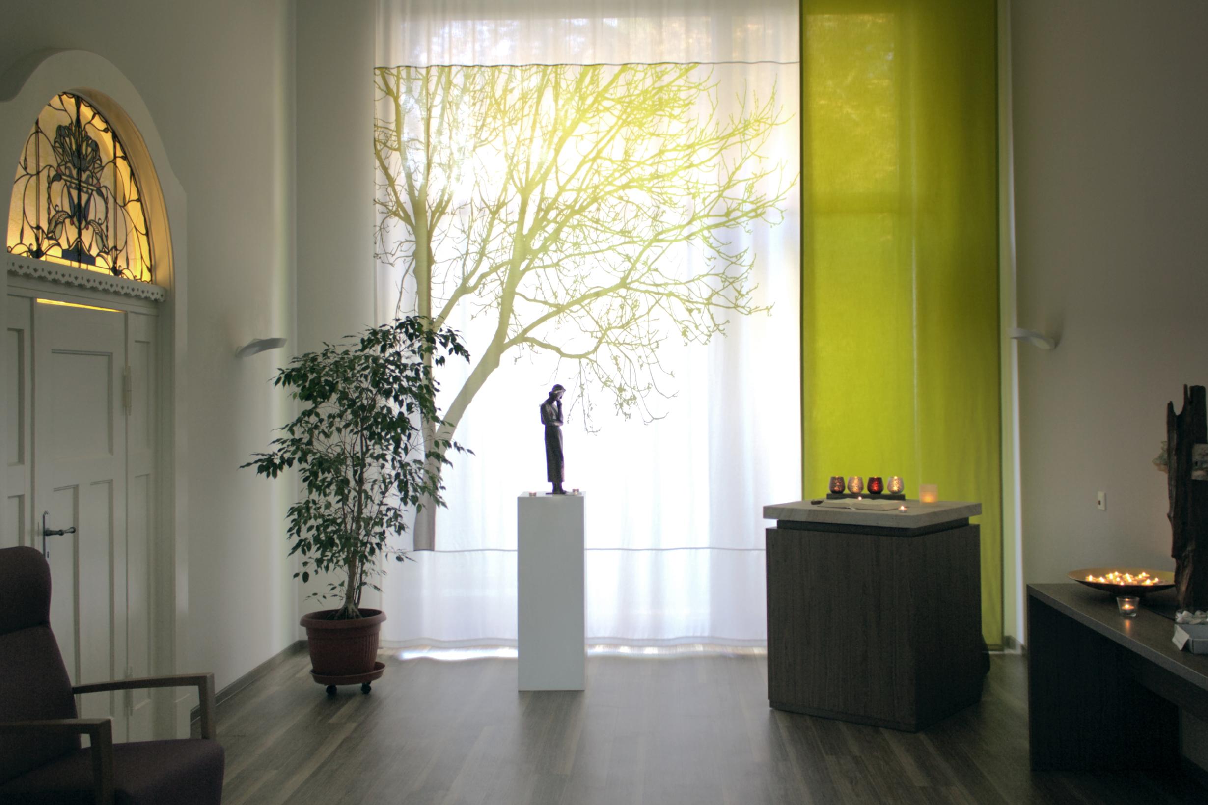 Helle Farben und viel Licht im Raum der Stille im Hospiz in Bremen