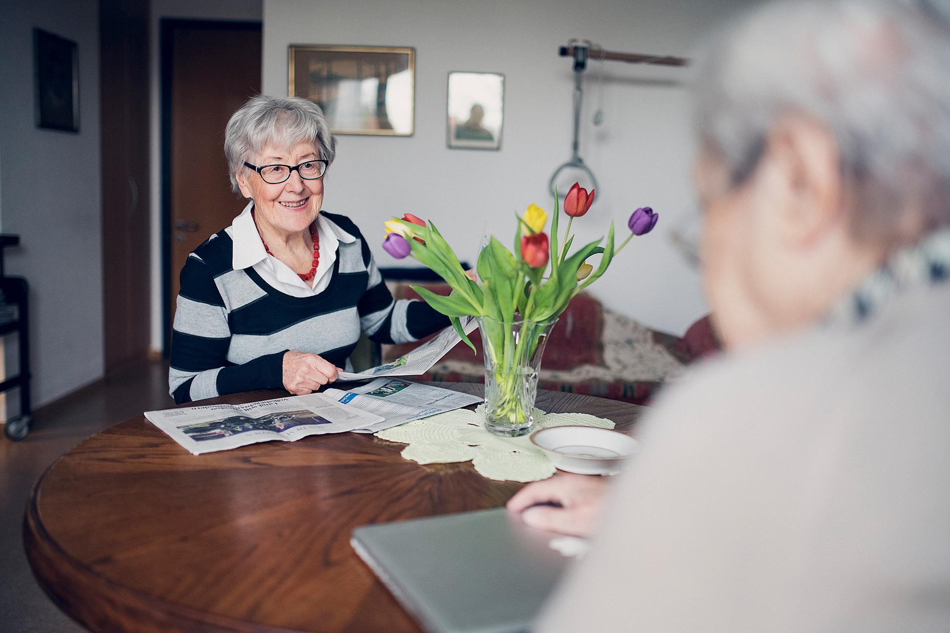 Zwei Damen unterhalten sich in der Hausgemeinschaft