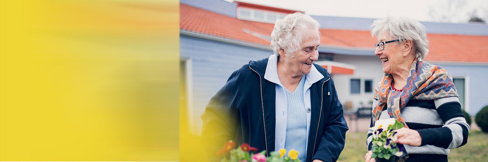 Zwei Bewohnerinnen verschönern den Garten in Quickborn