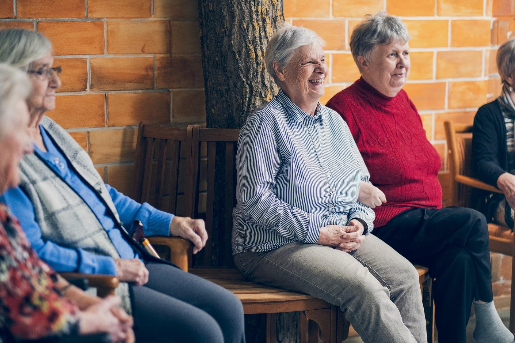 Bewohner lachen in einer familiären und geselligen Gemeinschaft