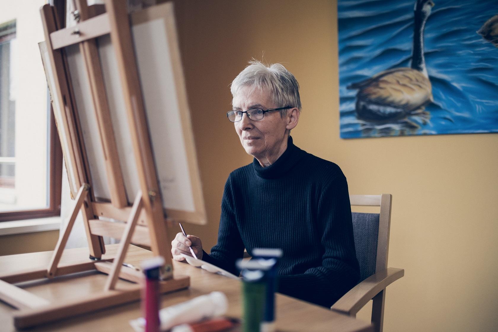 Eine Bewohnerin malt ein Bild