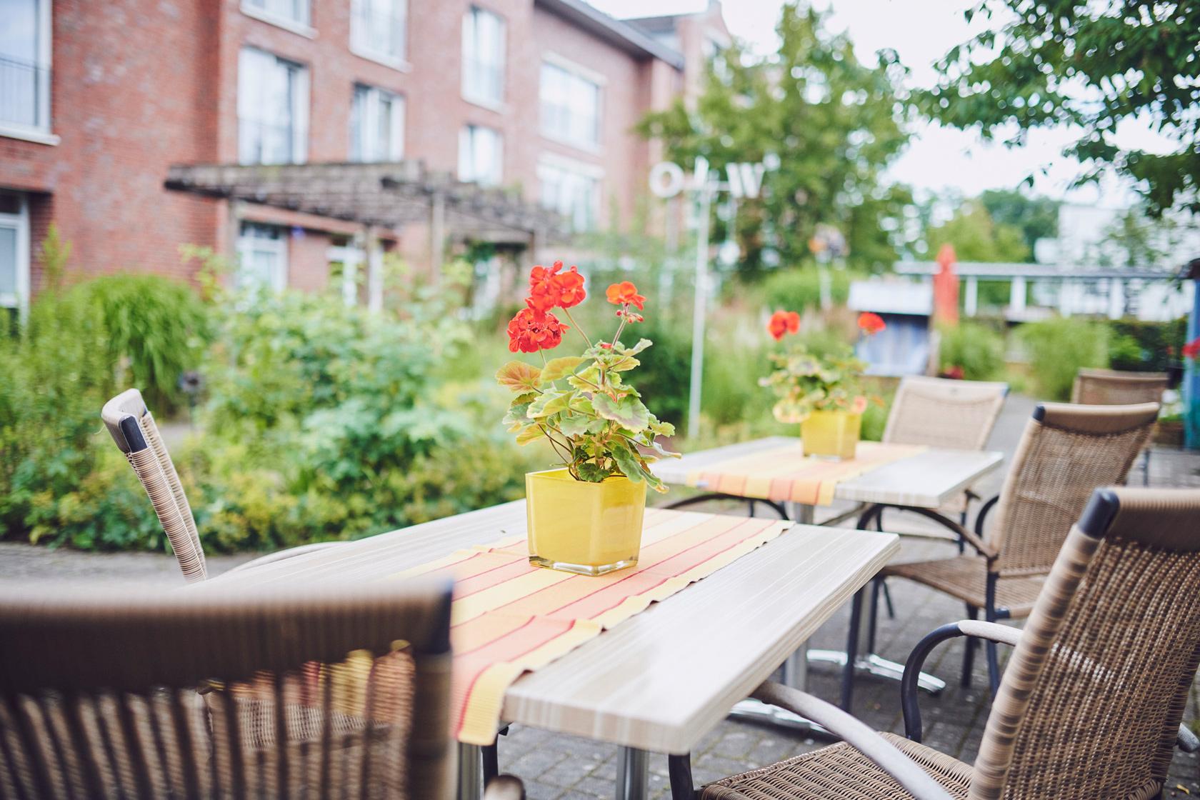 Gartentisch und Stühle im Johanniter-Zentrum Kaarst.