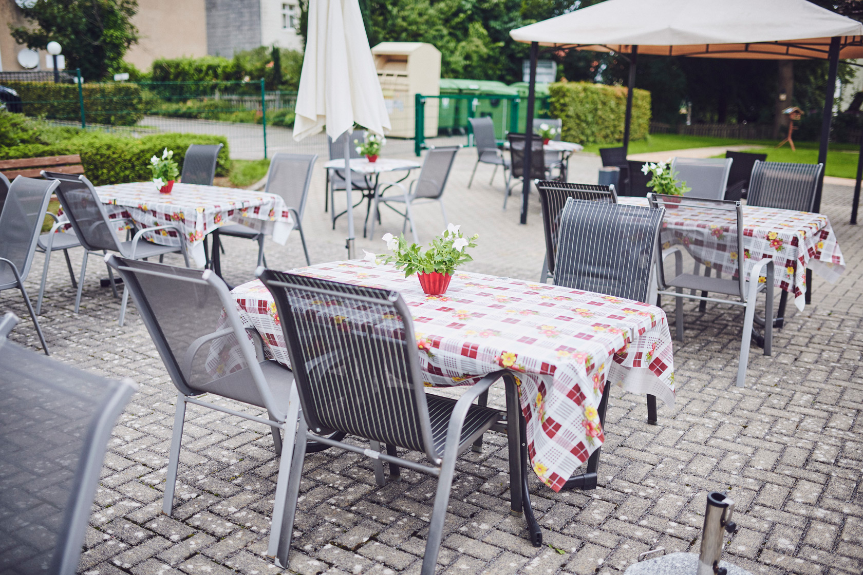 Im Außenbereich Gartentische und Stühle im Johanniter-Stift Oeneking in Lüdenscheid.